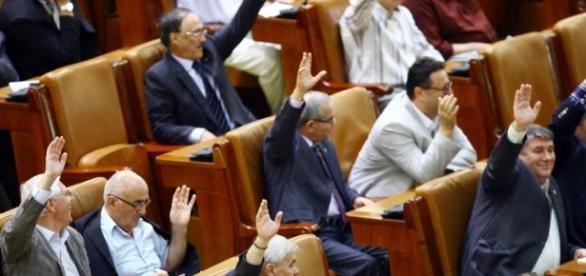 Parlamentarii au plecat de jos