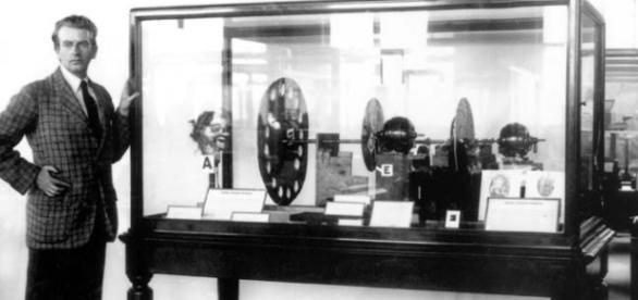 John Logie Baird junto a su invento