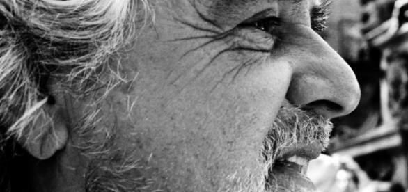 Beppe Grillo invitato da Carlo Freccero alla Rai.
