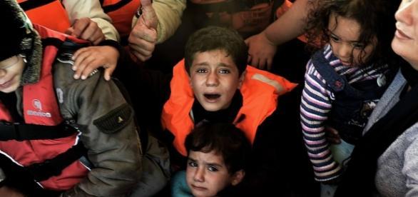 Niños sirios refugiados en embarcacion.