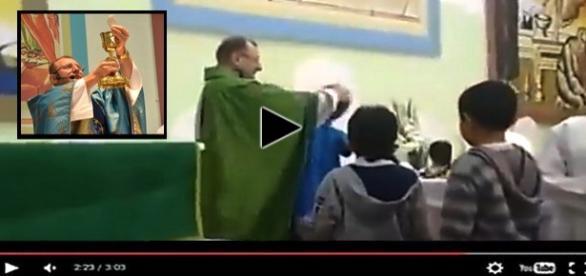 Padre abençôa ou agride crianças na igreja.
