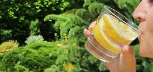 Agua con limón en ayuno para mejorar tu salud