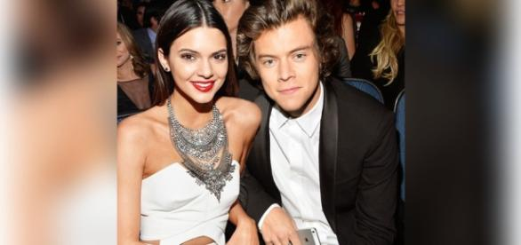 Harry e Kendall são flagrados em viagem para ilha