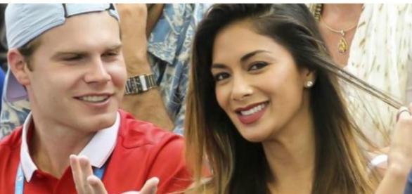 Nicole Scherzinger sorridente em Brisbade