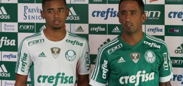 Gabriel Jesus e Barrios mostram uniformes de 2016