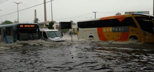 Chuvas causa alagamentos em Fortaleza.