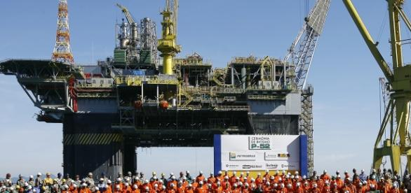 Funcionários da Petrobrás comemorando