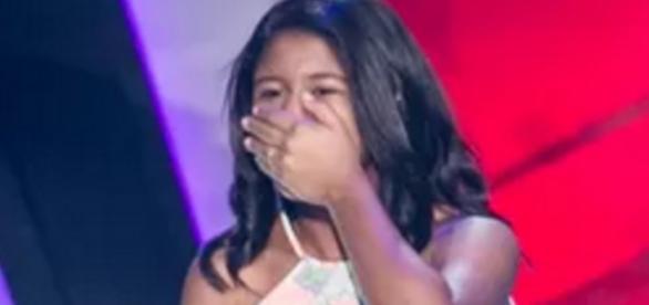 Menina chora ao ser escolhida no The Voice