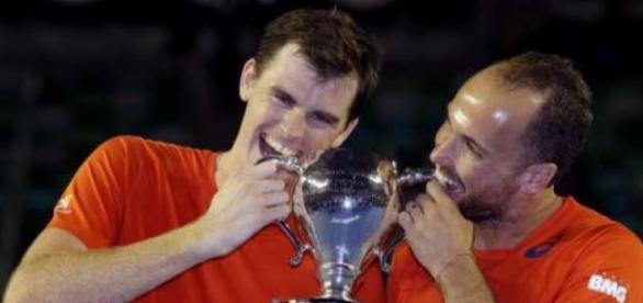 Murray e Soares comemoram o título de duplas