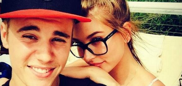 Ele postou foto beijando Hailey e assumiu romance