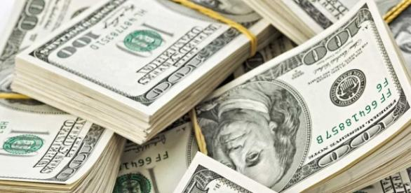 O dólar está em alta em relação à moeda do Brasil.