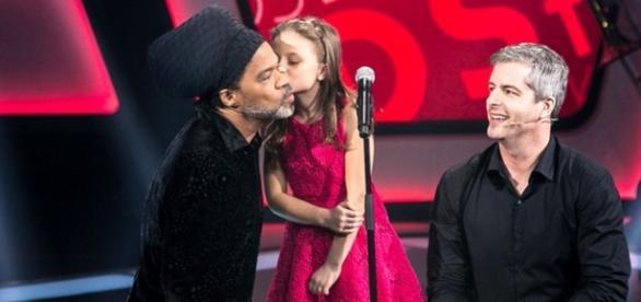 Rafa Gomes da beijo em Carlinhos Brown