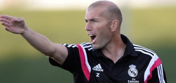 Zidane auxiliando Carlo Ancelotti