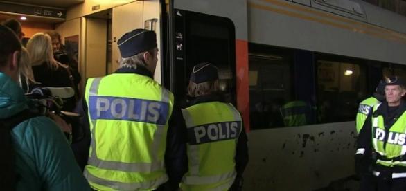Polícia sueca fazem a revista dos passageiros