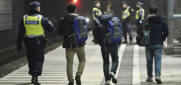 Policja odprowadza uchodźców w Malmo