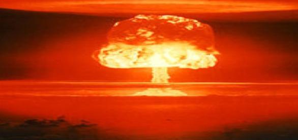 A explosão faz lembrar um cogumelo de fogo