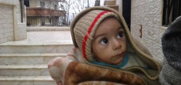 Crianças sírias sofrem a falta de comida e remédio