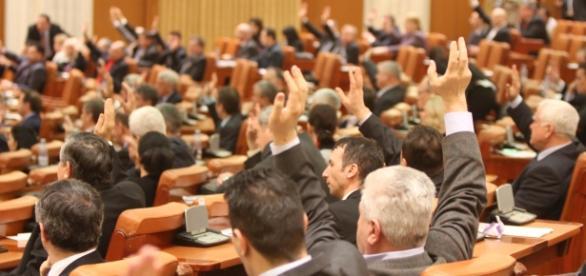 Deputații au adoptat tacit 32 de proiecte de lege