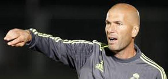 Zidane, dirigiendo un entrenamiento del Madrid