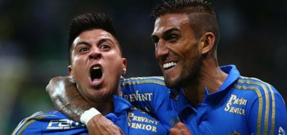 Cristaldo e Rafael Marques comemorando gol