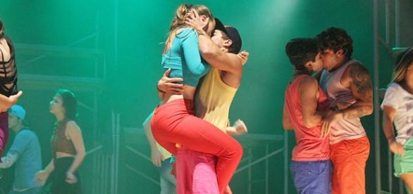 Douglas e Rayanne finalmente se beijam
