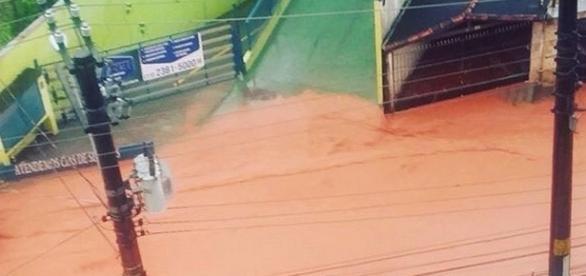 Enchente na Rua dos Feltrins (Foto: Beto Oliveira)