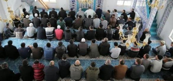 Una moschea piena di fedeli durante la preghiera