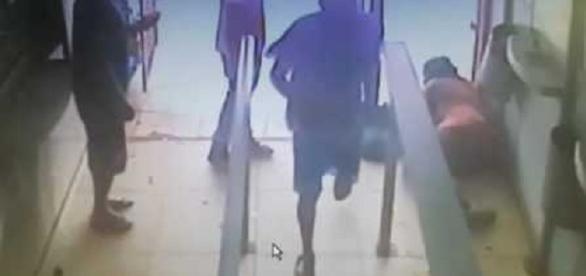 Bandidos invadem lotérica e mãe tenta proteger o seu bebê