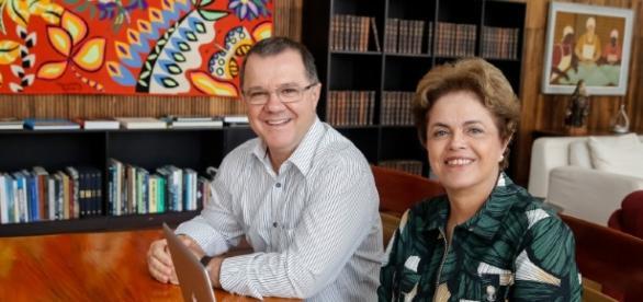 Ex-presidente Dilma Rousseff acompanhada do ex-ministro Carlos Gabas