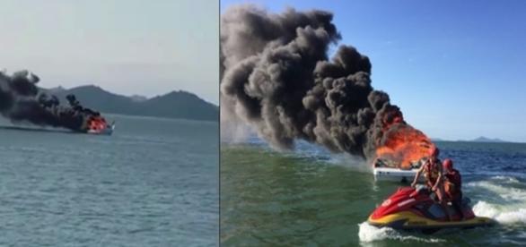 As imagens mostram a lancha em chamas, e o momento em que uma moto aquática vai a socorro do rapaz.