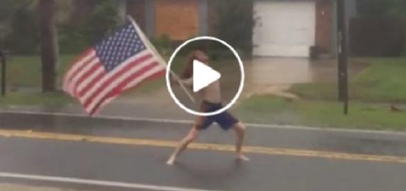 Homem enfrenta furacão em vídeo impressionante