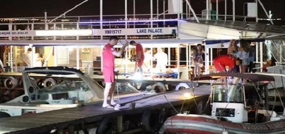 Uma festa de aniversário num barco, deixa um morto e outro ferido, que foram atingidos por um policial federal.