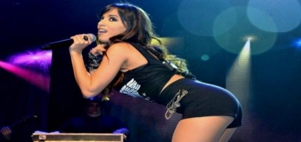 Anitta é agredida com latas e bebidas em evento