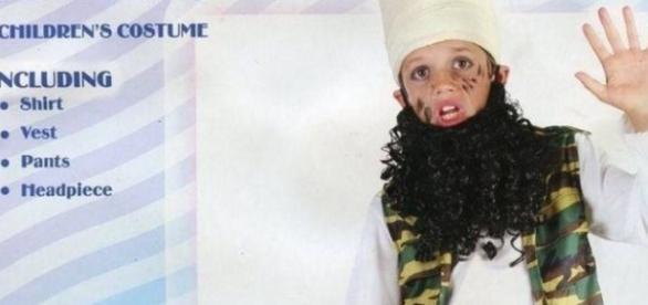 Imagem da vitrine do produto, mostrando um menino vestido de terrorista muçulmano