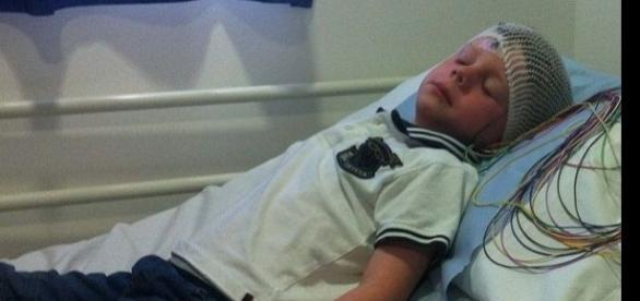 Imagem de garoto diagnosticado com tumor no cérebro