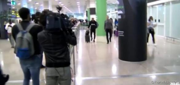 O casal foi flagrado por jornalistas da cidade