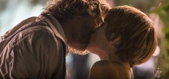 Pedro e Helô se beijam apaixonadamente