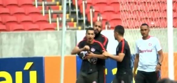 Após levar um soco de Anderson o lateral William é contido por Danilo Fernandes