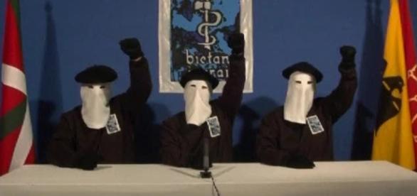 Dirigentes de la ETA emitiendo un comunicado