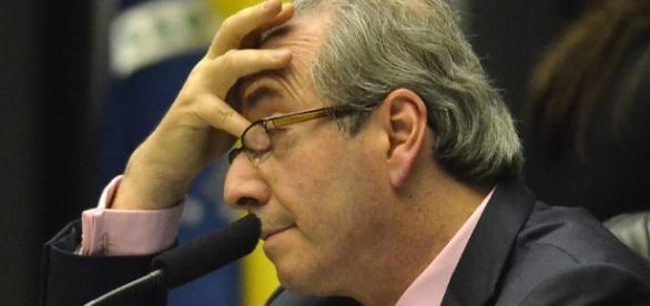 Aos gritos de 'safado' e 'ladrão', Cunha é hostilizado em aeroporto