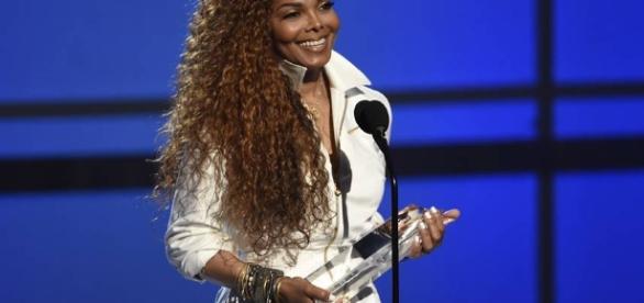 Cinquentona, mas com tudo em cima... Essa é Janet Jackson