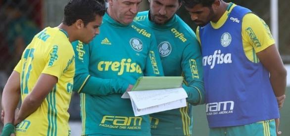Cuca orienta jogadores do Palmeiras