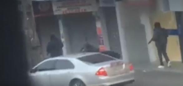 Na imagem, é possível ver três dos bandidos tentando fugir do cerco policial