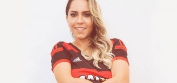 Torcedora fanática do Flamengo, ela dedicou seu ensaio sensual ao seu time do coração.