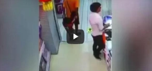 Um pai brinca com o filho, mas ele o mata