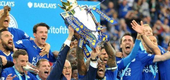 Leicester alzando el trofeo de la Premier League 2015/2016