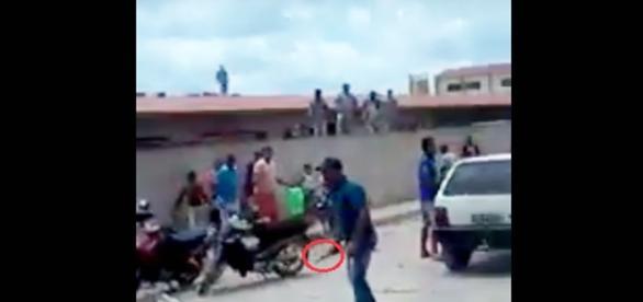 Na imagem é possível ver o momento em que o homem desce de seu carro com uma faca.