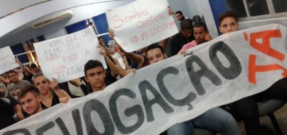 População de Macaúbas com cartazes pedindo a revogação da lei