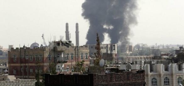 Yemen, nave da guerra americana bombarda avamposti Houthi