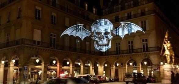 "Eine Projektion der ""Death Bat"" in Paris. Quelle: http://loudwire.com/avenged-sevenfold-deathbat-logo-mysteriously-appearing-around-the-world/"
